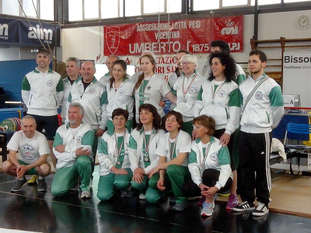 formazione della Polisportiva Santa Bona spinta su panca dueville
